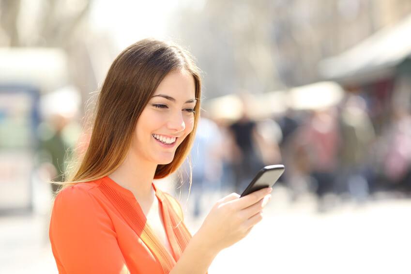 Junges Mädchen chattet auf ihrem Handy über die Dating-App